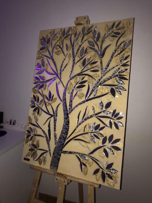 Зеркальная красивая картина дерева