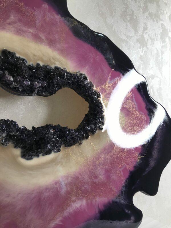 Фиолетовый срез камня. Фиолетовая жеода