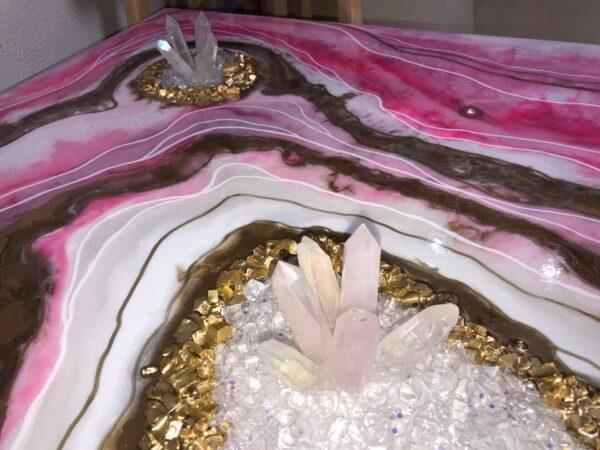 Картина с натуральными камнями кристаллами и минералами розовая абстракция